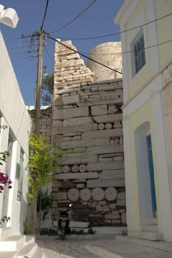 Přicházíme ke Kastru. Nahoře vyčnívá nedotčený kruhový tholos Athénin. Kredit: Zde, Wikimedia Commons. Licence CC 4.0.