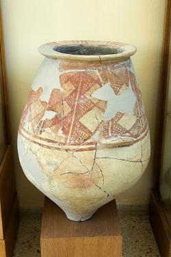 Pithos s malovaným geometrickým dekorem z konce raně kykladské éry nebo spíše z minojské éry. Kastro v Paroikii, EC III / MC, 2300 (2000?) až 1600 př. n. l. Archeologické muzeum na Paru. Kredit: Zde, Wikimedia Commons. Licence CC 4.0.