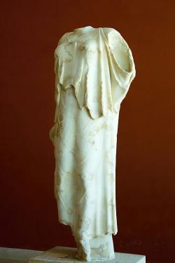 Níké, vrcholné dílo parského raně klasického sochařství, kolem 480 před n. l. Nalezeno r. 1885 na Kastru v Paroikii, prý stála v centru města po vítězství nad Athénami, Archeologické muzeum na Paru, A 245. Kredit: Zde, Wikimedia Commons. Licence CC 4.0.
