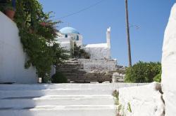 Základy antického chrámu jako podezdívka pro Ag. Konstantini. Kastro v Parikii. Kredit: Zde, Wikimedia Commons. Licence CC 4.0.