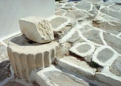 Zbytky antiky v dlažbě chodníku v Parikii. Parikia. Kredit: Zde, Wikimedia Commons. Licence CC 4.0.