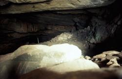 Jeskyně Zás, vpravo za vchodem. Kredit: Zde, Wikimedia Commons. Licence CC 3.0.