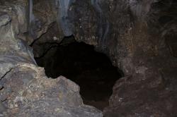 Jeskyně Zás, díra do spodního patra. Kredit: Zde, Wikimedia Commons. Licence CC 3.0.