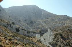 Z pěšinky nad jeskyní vypadá hora pořád dost nepřístupně. Kredit: Zde, Wikimedia Commons. Licence CC 4.0.