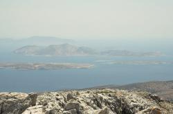 Starokykladský posvátný ostrov Keros (uprostřed) z vrcholu Zás. Kredit: Zde, Wikimedia Commons. Licence CC 4.0.