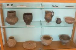 Nálezy z jeskyně Zás v Archeologickém muzeu na Naxu. Nápadná je pozdně neolitická keramika z let 5300 až 3200 před n. l. Kredit: Zde, Wikimedia Commons. Licence CC 4.0.