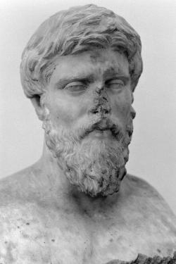 Buď jenom portrét filosofa jakožto typu – nebo (spíš) portrét Plútarcha z 2. století n. l. Muzeum v Delfách. Kredit: Wikimedia Commons.