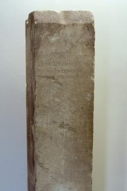 Stéla s nápisem na počest Plútarcha, asi 100 n. l. Muzeum v Delfách. Kredit: Wikimedia Commons.