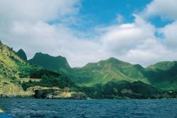 Zátoka Cumberland s typickou siluetou hory El Yunque (Kovadlina) v pozadí. Kredit: J. Jiránek