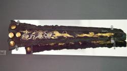 Čepel dýky. Bronz intarzovaný stříbrem a zlatem. Lov lvů. Mykénská pozdní doba bronzová, 16. století př. n. l. Národní archeologické muzeum v Athénách, 394. Kredit: Zde, Wikimedia Commons. Licence CC.