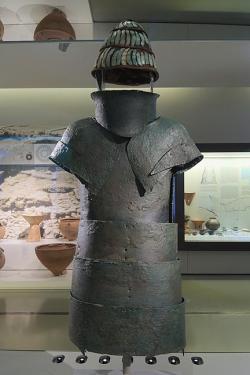 Bronzové brnění z Dendry, konec 15. století před n. l. Archeologické muzeum v Naupliu(Nafplionu). Kredit: C messier, Wikimedia Commons. Licence CC 4.0.
