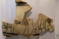 Fragment malby válečníků na voze. Tiryns, konec 13. století před n. l. Archeologické muzeum v Naupliu (Nafplionu). Kredit: Zde, Wikimedia Commons. Licence CC 4.0.