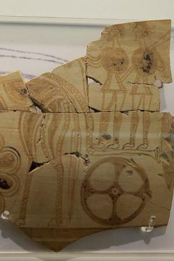 Válečníci skruhovými štíty na voze. Tiryns, 1180-1050 před n. l. Archeologické muzeum v Naupliu. Kredit: Zde, Wikimedia Commons. Licence CC 4.0.