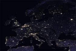 Osvětlení podle některých odhadů představuje asi 20 procent celosvětové spotřeby energie. Z vyjádření expertů na stav naší přenosové soustavy, spolu s nastolováním green dealu, čas energetických blockoutů nemusí být daleko. Rostliny mají vlastní energii, jsou již přizpůsobeny venkovnímu prostředí a umí se samy opravit. Svitu, v němž budeme schopni se alespoň jakž takž orientovat, by mohli přijít na chuť i aktivisté, kteří upravené rostliny vytrhávají a pokusné laboratoře vědcům zapalují. Kredit: nasa.gov