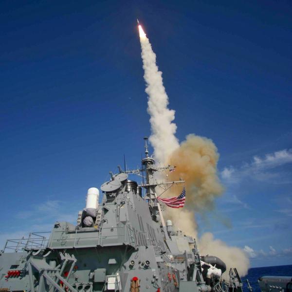 Odpálení rakety SM-3 systému Aegis BDM torpédoborce USS Decatur (2007). Kredit: US Navy.