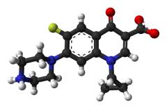 Molekula ciprofloxacinu, asi najpoužívanejšieho fluorochinolonu, vyvinutého firmou Bayer