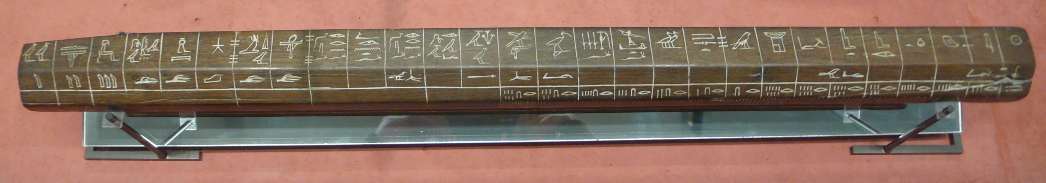 Staroegyptský etalon lokte (artefakt), z období 18. dynastie, 1336 – 1327 před př. n. l. Ze sbírek Musée du Louvre. Tyto etalony byly pravidelně porovnávány každý měsíc s primárním etalonem lokte. Veřejné dílo.