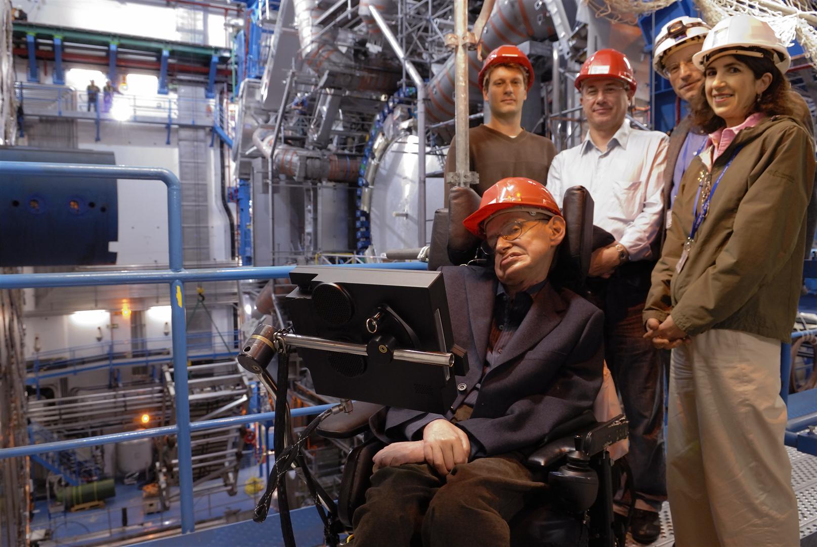 Stephen Hawking u experimentu ATLAS. To, že tento detektorový systém objeví mikroskopické černé díry, prokáže existenci Hawkingowa záření a pošle ho pro Nobelovu cenu, je sice nepravděpodobné, ale úplně vyloučené to není. (Zdroj