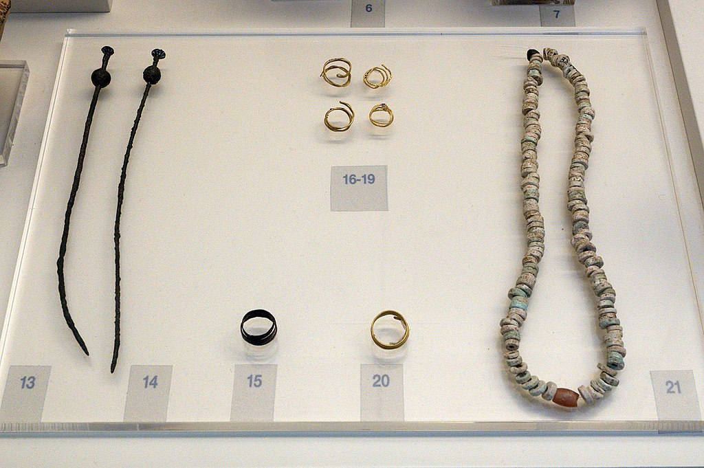 Submykénské šperky z Tiryntu, 1025 až 900 před n. l. Archeologické muzeum v Naupliu. Kredit: Zde, Wikimedia Commons. Licence CC 4.0.