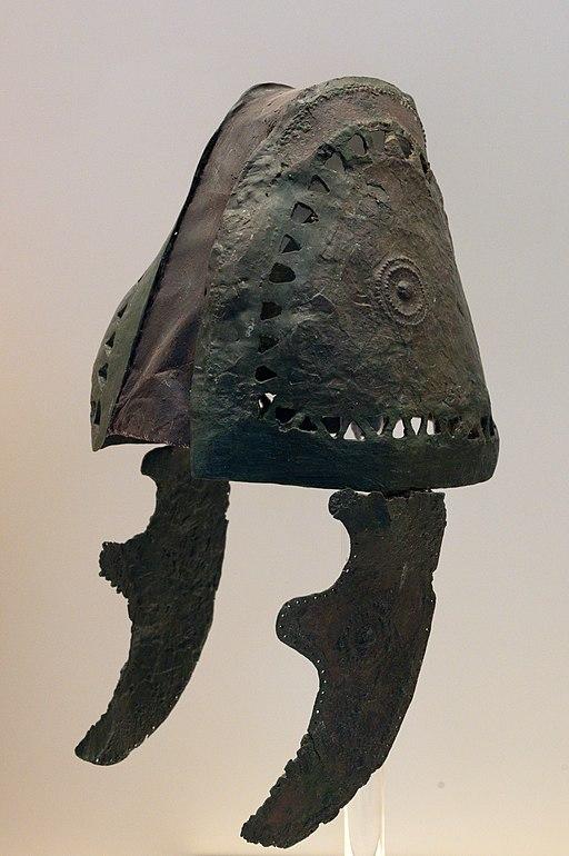 Bronzová přilba z úsvitu doby železné. Tiryns, 1050-1025 před n. l. Archeologické muzeum v Naupliu (Nafplionu). Kredit: Zde, Wikimedia Commons. Licence CC 4.0.