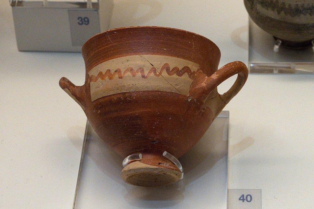 Skyfos na nožičce. Tiryns, 1050 až 1025 před n. l. Archeologické muzeum v Naupliu. Kredit: Zde, Wikimedia Commons. Licence CC 4.0.