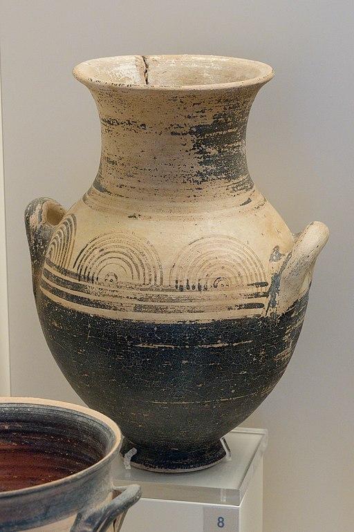 Amforiskos (menší amfora). Tiryns, 1025 až 900 před n. l. Archeologické muzeum v Naupliu. Kredit: Zde, Wikimedia Commons. Licence CC 4.0.