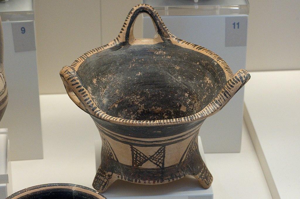 """Kalathos, doslova """"košík"""". Tiryns, 1025 až 900 před n. l. Archeologické muzeum v Naupliu. Kredit: Zde, Wikimedia Commons. Licence CC 4.0."""