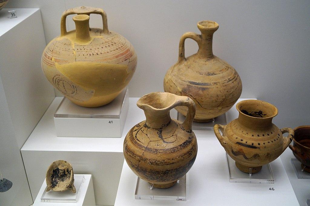 Submykénská Keramika ze Salamis a torzo figurky sedící bohyně z Alonie na témže ostrově, 11. století před n. l. Archeologické muzeum na Salamíně. Kredit: Schuppi, Wikimedia Commons. Licence CC 4.0.