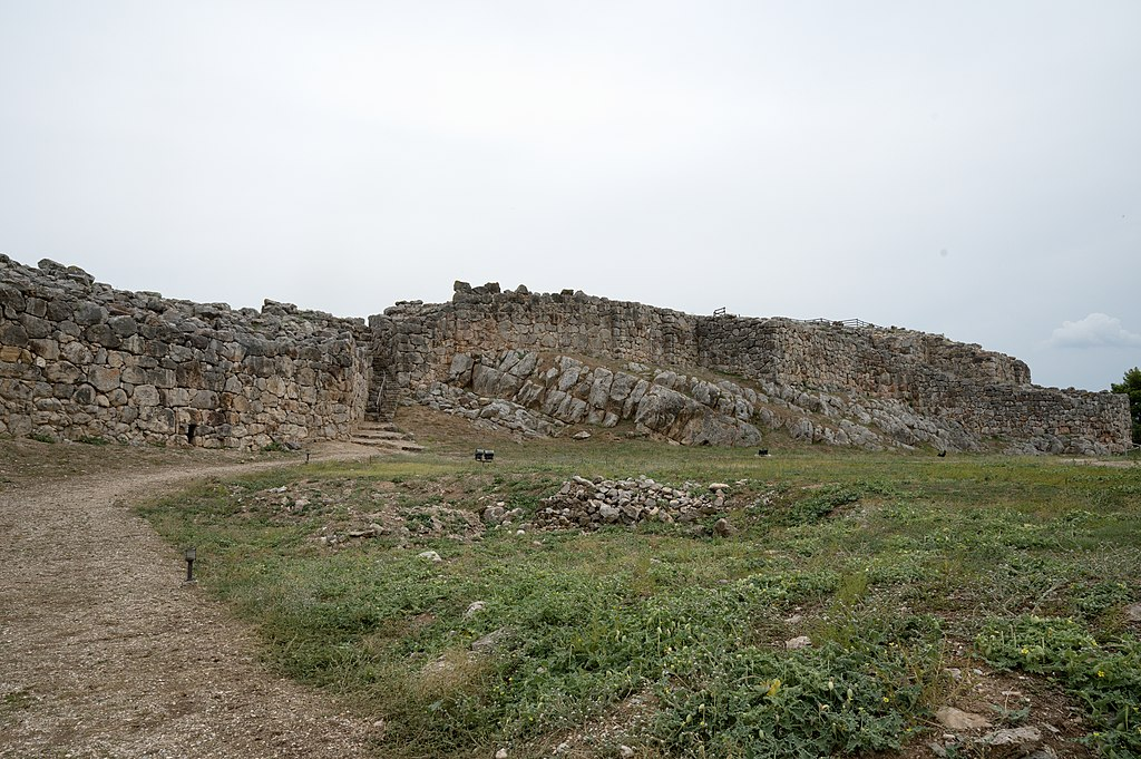 Západní hradby v Tiryntu. Kyklopské zdivo, asi 14. a 13. století před n. l. Kredit: Zde, Wikimedia Commons. Licence CC 4.0.