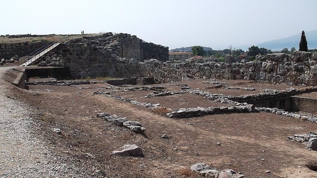 Pohled z Dolní citadely v Tiryntu směrem k Západní bráně. Kredit: Dimitrios Nikolopoulos, Wikimedia Commons. Licence CC 4.0.