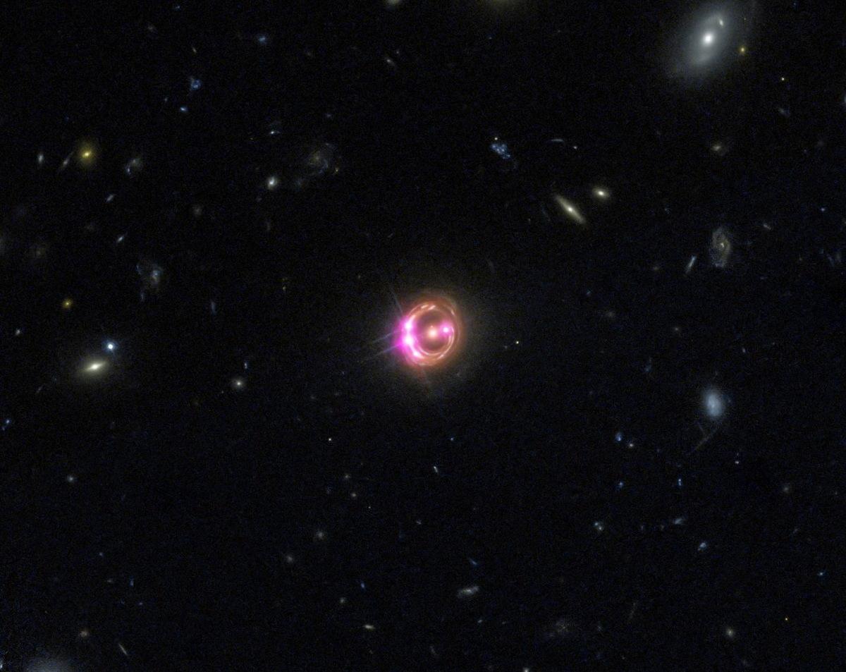 Supermasivní černá díra uvnitř kvazaru RX J1131-1231 rotuje s polovinou rychlosti světla (zdroj NASA).