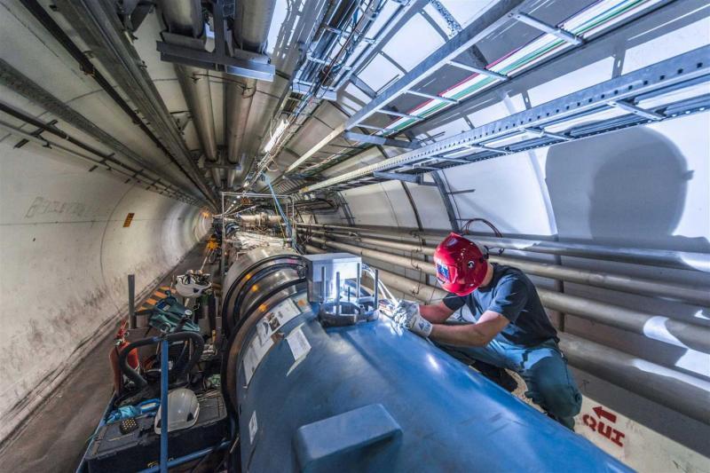 Svářeč pracující na spojích mezi dipólovými magnety na urychlovači LHC (zdroj CERN).