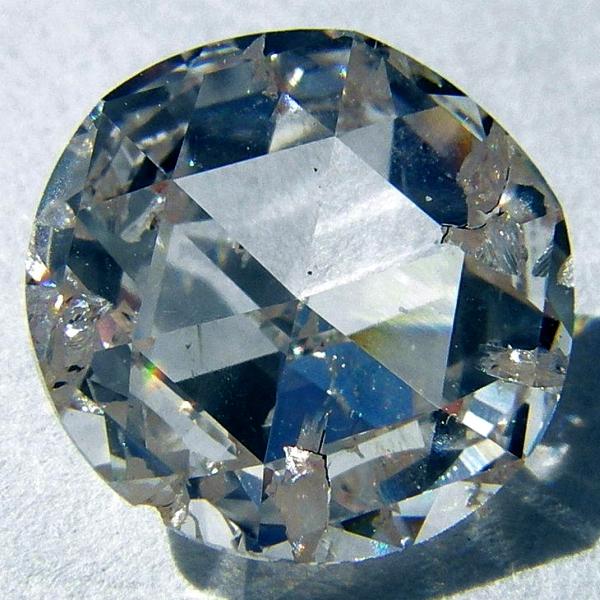 KlasickĂ˝ syntetickĂ˝ diamant. Kredit: Steve Jurvetson / Wikimedia Commons.