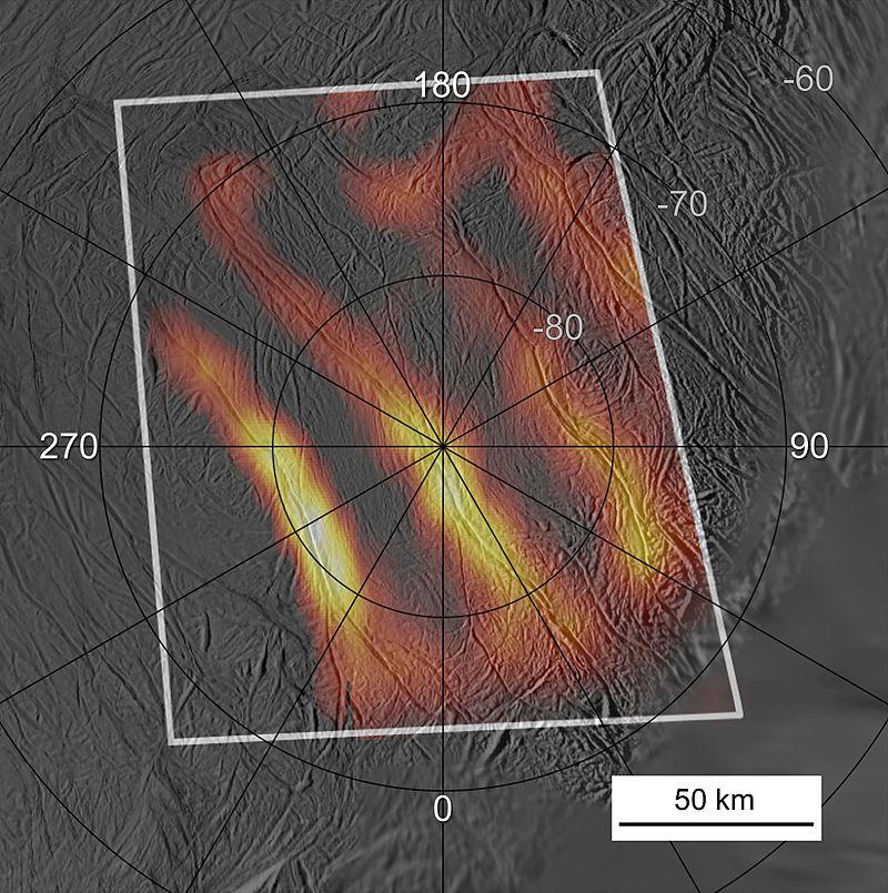 Teplotní mapa v okolí jižního pólu, kde se nachází několik teplotních anomálií v podobě tzv. tygřích pruhů. Kredit: NASA/JPL/GSFC/SwRI/SSI(volné dílo).