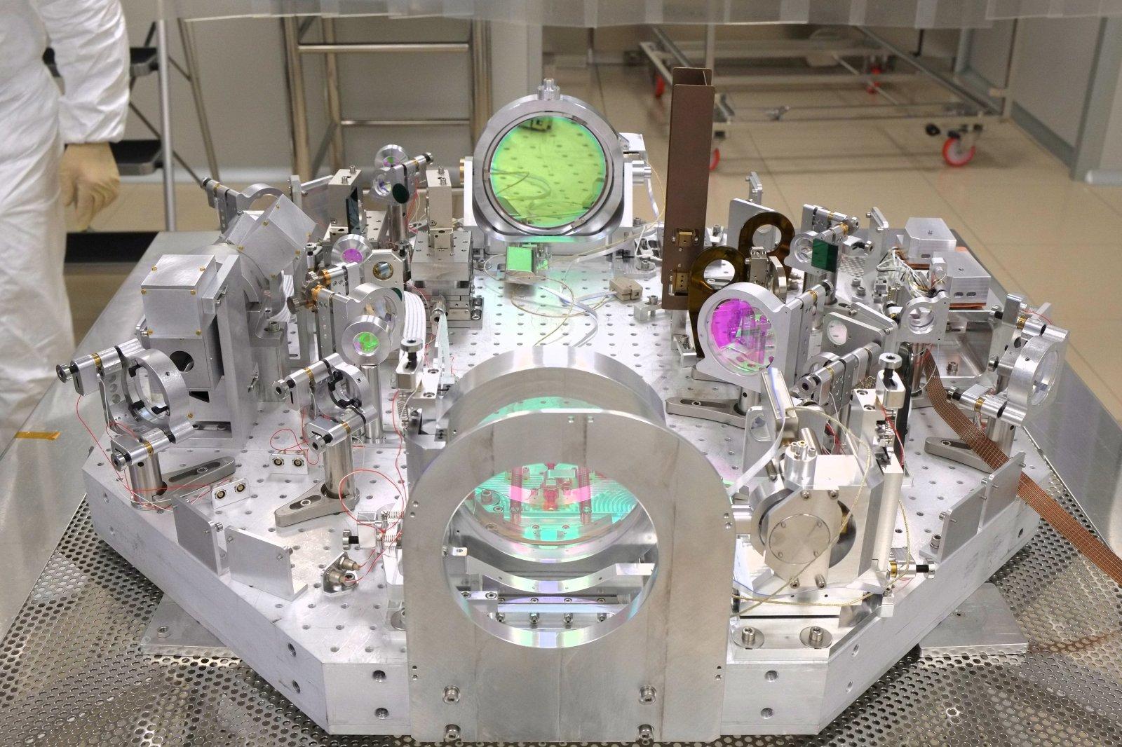 Testy optických prvků interferometru VIRGO, dramatické vylepšení jak systému VIRGO tak LIGO umožnilo současná úspěšná pozorování (zdroj VIRGO).