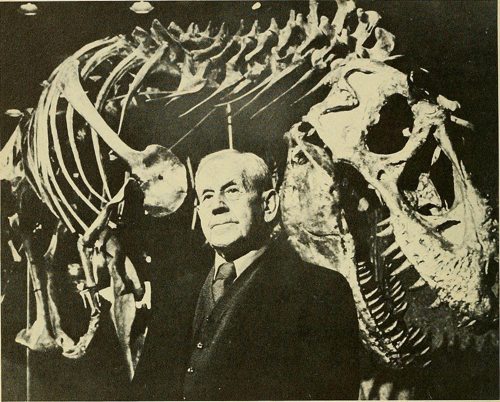 Holotyp druhu Daspletosaurus torosus se svým objevitelem, paleontologem Charlesem Mortramem Sternbergem (1885-1981). Sternberg odkryl první známé fosilie daspletosaura v roce 1921 nedaleko dnes již opuštěného města Steveville v jihovýchodní Albertě.