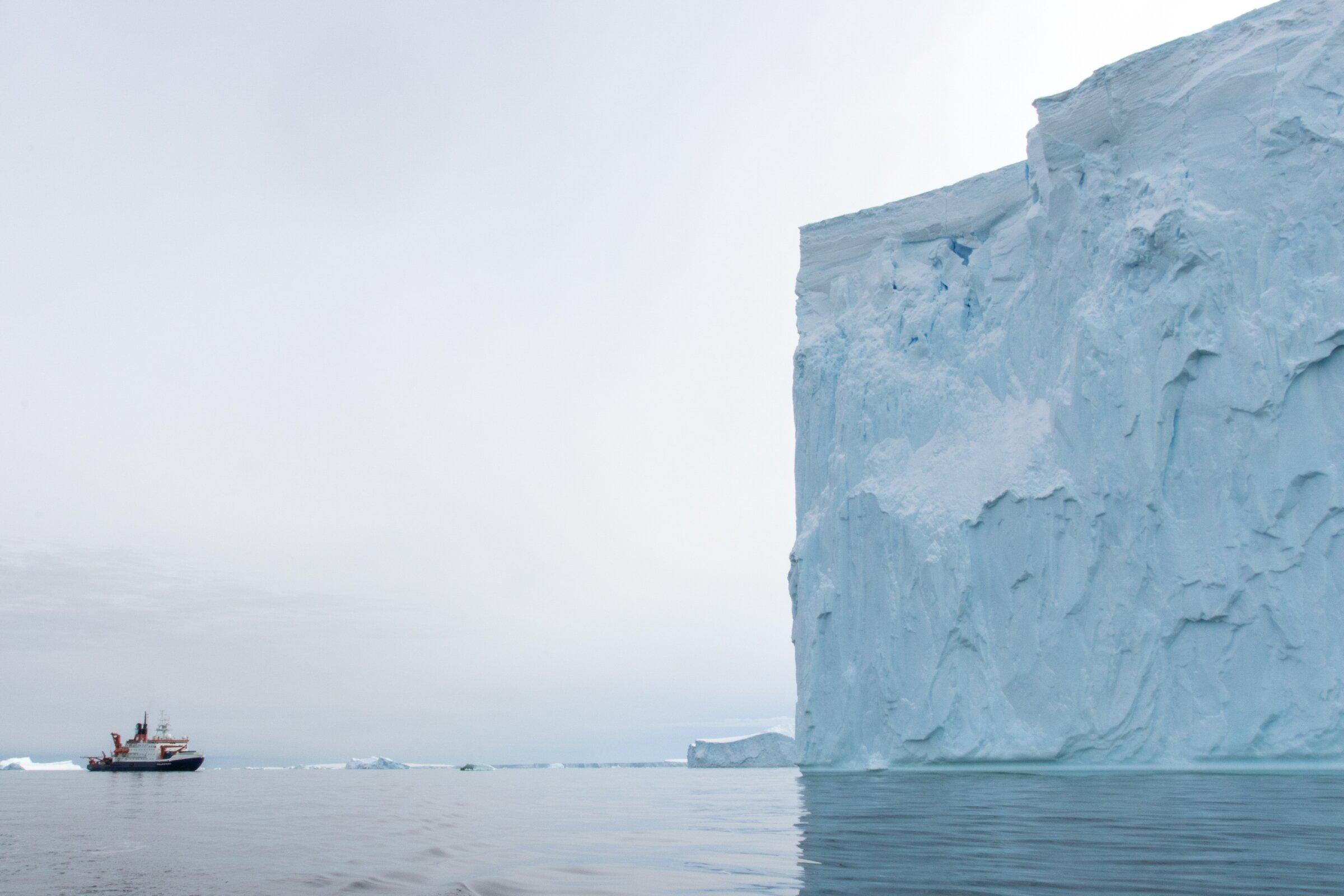 """RVPolarstern(""""Polárka"""") jeněmeckývýzkumnýledoborec, jehož vlastníkem je Institut Alfreda Wegenera pro polární a mořský výzkum(AWI). Z jeho paluby v Amundsenově moři vrtulník startoval.Kredit: Alfred-Wegener-Institut / Thomas Ronge."""