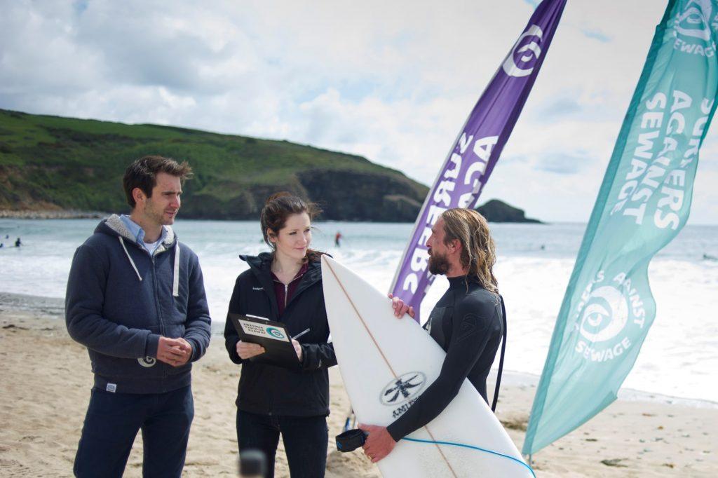 Anne Leonard (uprostřed), zkoumá na University of Exeter a na surfařích, zatížení životního prostředí bakteriemi rezistentními na antibiotika.
