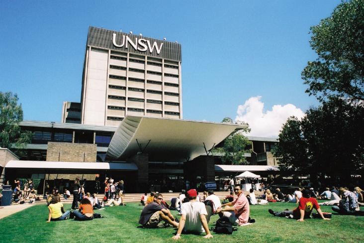 Univerzita Nového Jižního Walesu. Změny v názorech studentů přicházejících do Sydney ze všech koutů Austrálie dávají tušit, že v kultuře, kterým se australská společnost ubírá, bude pro Boha stále menší uplatnění.
