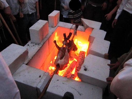 Pečení beránka v Jeruzalémě o svátku Pesach. Kredit: Kelly, Wikimedia Commons.