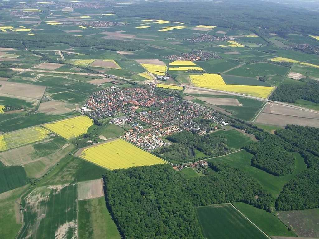 Obec Schandelah v blízkosti Braunschweig, Dolní Sasko. V blízkém okolí lze nalézt fosilie pravěkých můr. A nejen jich.