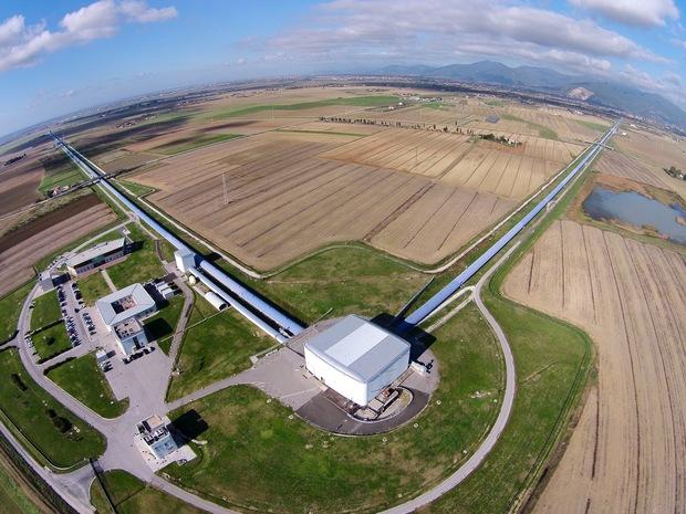 Do pozorování kolizí černých děr pomocí gravitačních vln se zapojil i detektor VIRGO (zdroj LIGO/VIRGO).
