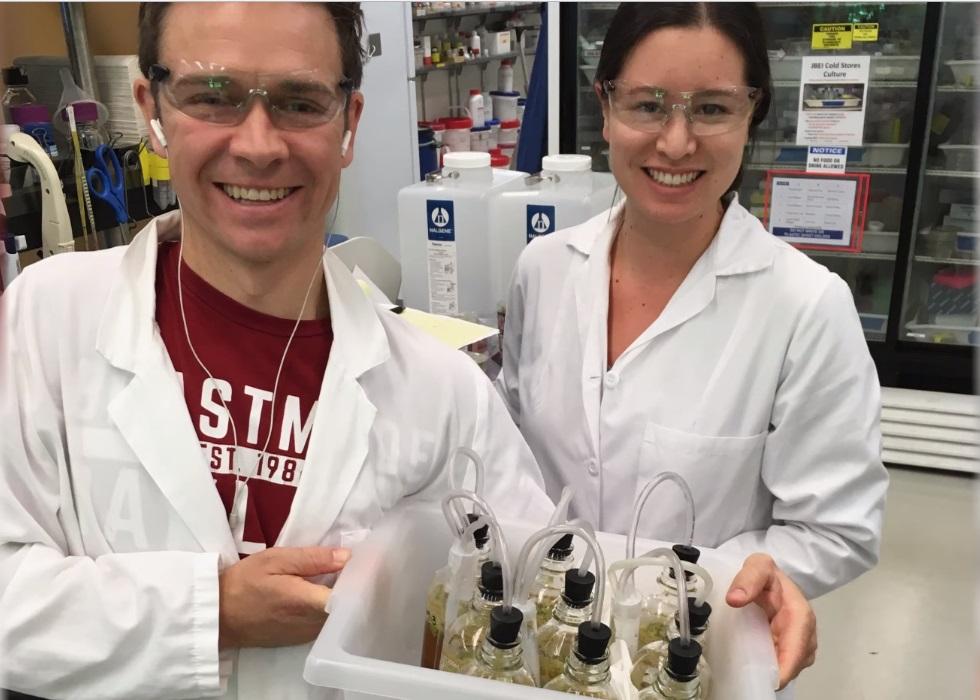 Charles Denby a Rachel Li odvedli na úpravě kvasinek největší kus práce. Kredit: University of California, Berkeley
