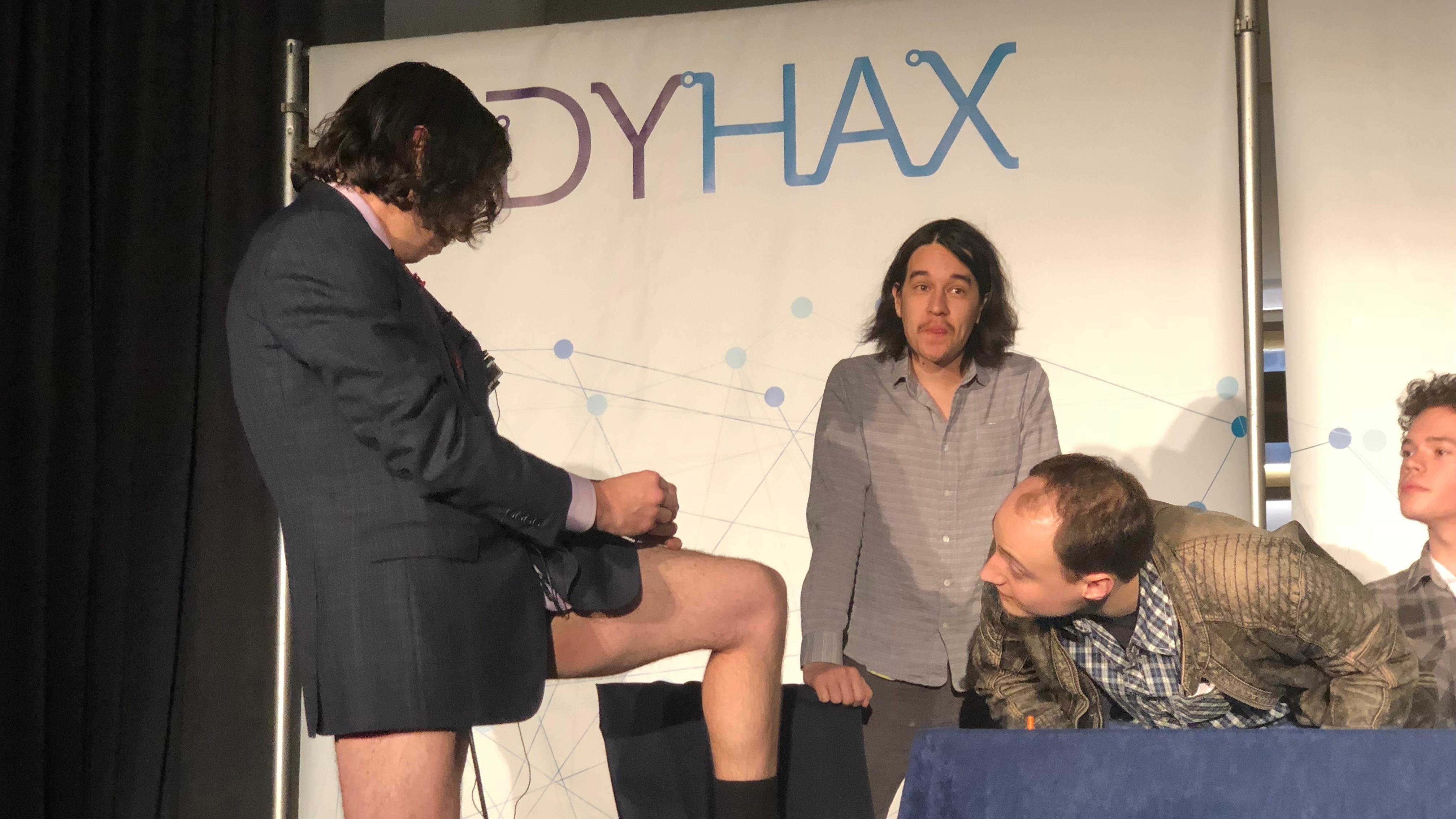 Aaron Traywick si aplikuje biohackerskou léčbu. Kredit: Kristen V. Brown