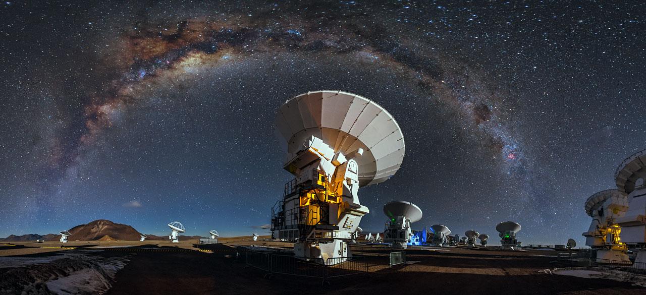 Soustava radioteleskopů ALMA. Kredit: A. Duro/ESO.