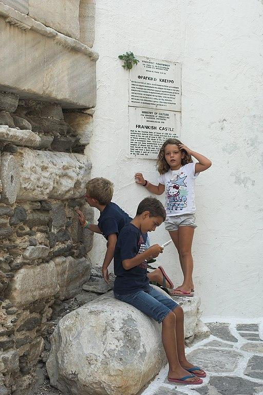 O antické základy evropské kultury se čile zajímá i parská mládež. Kredit: Zde, Wikimedia Commons. Licence CC 4.0.