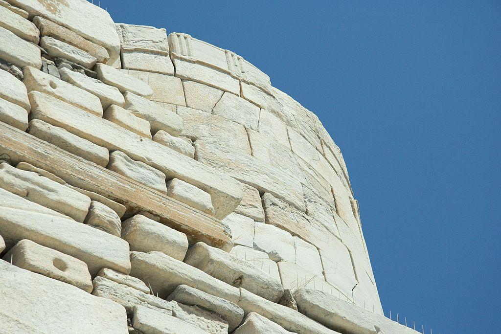 Zbylý tholos Athénina chrámu v Paroikii. Kredit: Zde, Wikimedia Commons. Licence CC 4.0.