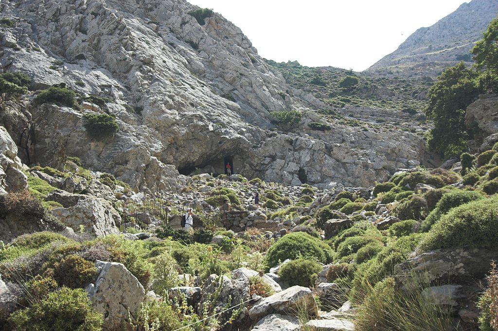 Příchod k jeskyni Zás na Naxu, s okolím pramene s napajedlem v popředí. Kredit: Zde, Wikimedia Commons. Licence CC 3.0.