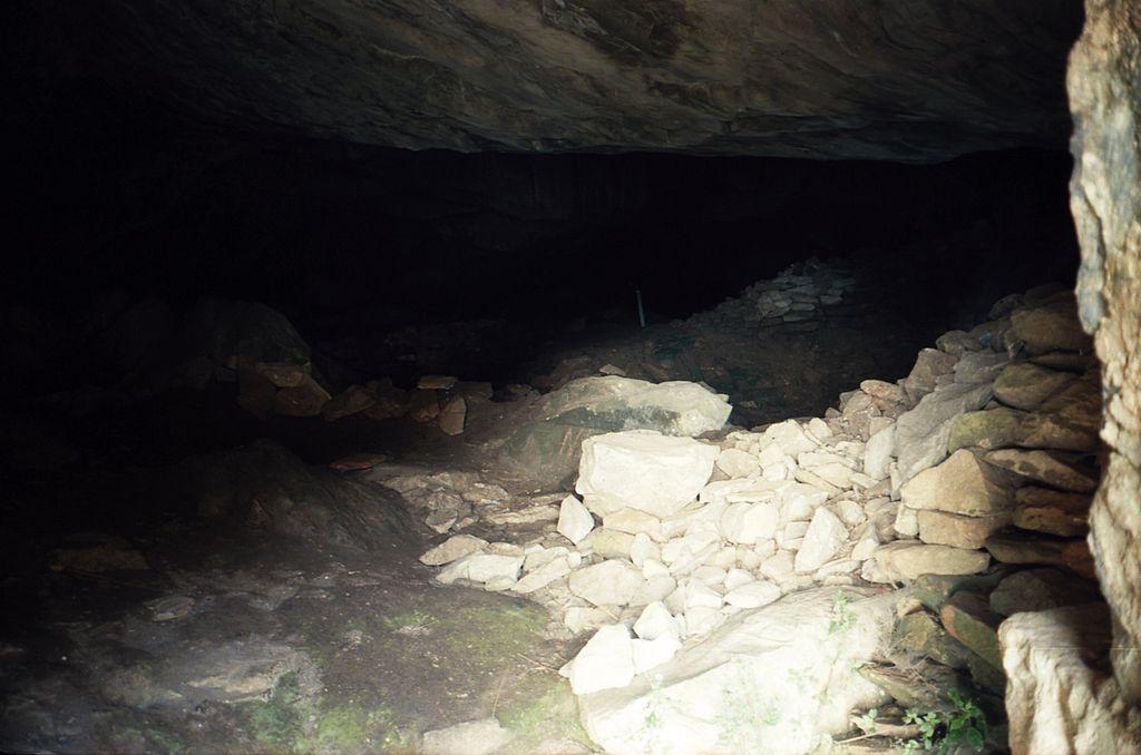 Jeskyně Zás na Naxu, z okolí vchodu. Kredit: Zde, Wikimedia Commons. Licence CC 3.0.