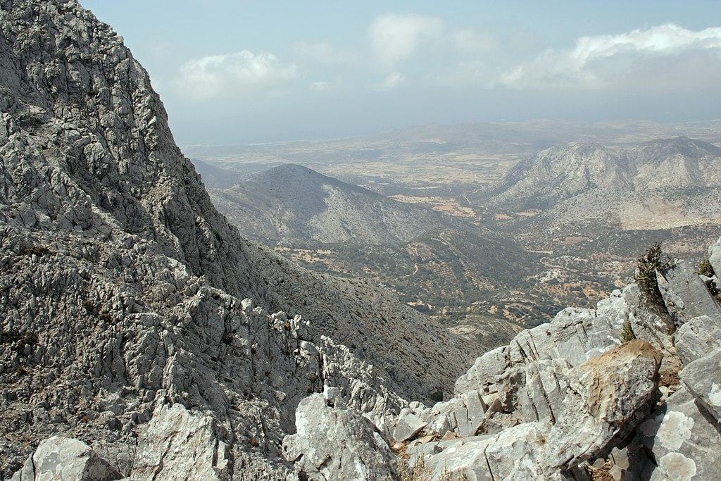 Výhled na západ z výšky asi 920 m. Zás na Naxu. Kredit: Zde, Wikimedia Commons. Licence CC 4.0.